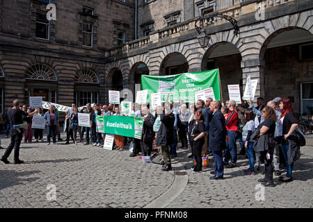Edinburgh, Scotland, UK 22 August 2018. City Chambers offices. Campaigners against a proposed £50 million development in Leith handed in a petition with more  than 10,000 signatures to the city council's planning committee at the City Chambers on the Royal Mile. 'Save Leith Walk' is a grassroots public campaign to prevent the demolition of the 1930s sandstone building and influence what is built on the site. - Stock Photo
