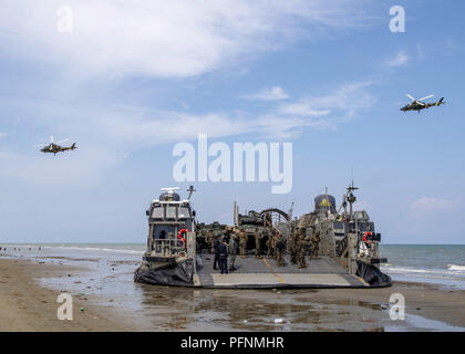 Pacific Ocean. 21st Aug, 2018. A U.S. Navy landing craft air-cushion (LCAC), attached to Assault Craft Unit (ACU) 5, sits on the beach during a simulated air assault while conducting Cooperation Afloat Readiness and Training (CARAT) 2018 at Tanduo Beach, Malaysia, Aug. 17, 2018. CARAT Malaysia, in its 24th iteration, is designed to enhance information sharing and coordination, build mutual warfighting capability and support long-term regional cooperation enabling both partner armed forces to operate effectively together as a unified maritime force. (U.S. Navy photo by Mass Communication Spe - Stock Photo