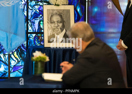 United Nations, UN headquarters in New York. 22nd Aug, 2018. United Nations Secretary-General Antonio Guterres signs a book of condolences in memory of the late former Secretary-General Kofi Annan, at the UN headquarters in New York, Aug. 22, 2018. A wreath-laying ceremony was held at UN Headquarters in New York on Wednesday to mourn the death of former UN Secretary-General Kofi Annan. Annan, a Ghanaian diplomat, died on Saturday in Switzerland. He served as UN secretary-general for 10 years till the end of 2006. Credit: Li Muzi/Xinhua/Alamy Live News - Stock Photo