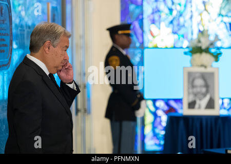 United Nations, UN headquarters in New York. 22nd Aug, 2018. United Nations Secretary-General Antonio Guterres pays homage to his predecessor, the late former Secretary-General Kofi Annan, at the UN headquarters in New York, Aug. 22, 2018. A wreath-laying ceremony was held at UN Headquarters in New York on Wednesday to mourn the death of former UN Secretary-General Kofi Annan. Annan, a Ghanaian diplomat, died on Saturday in Switzerland. He served as UN secretary-general for 10 years till the end of 2006. Credit: Li Muzi/Xinhua/Alamy Live News - Stock Photo