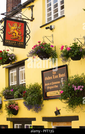 UK, Cornwall, Padstow, Lanadwell Street, Golden Lion Hotel, sign and hanging baskets - Stock Photo