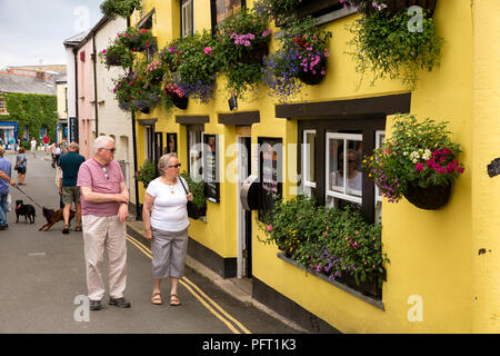 UK, Cornwall, Padstow, Lanadwell Street visitors outside Golden Lion Hotel - Stock Photo