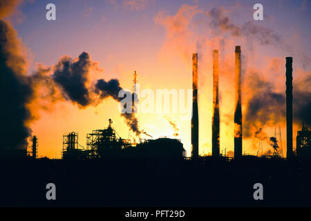 Pollution and carbon emmissions from a Petrochemical works at Seal sands on Teeside, UK. - Stock Photo