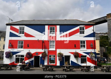 Saltash, Cornwall, UK. 23rd Aug, 2018. UK Weather. Sunny luchtime at Saltash. Seen here people enjoying a lunchtime pint outside the Union Inn, no doubt debating the current Brexit strategy. Credit: Simon Maycock/Alamy Live News - Stock Photo