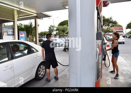 Honolulu, Hawaii  23rd Aug, 2018  People refuel their cars