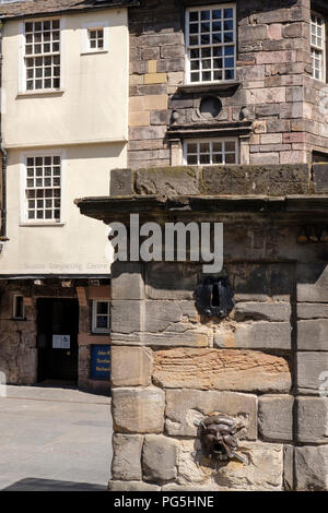 The Netherbow Wellhead, in front of John Knox House, on the Royal Mile, Edinburgh. - Stock Photo