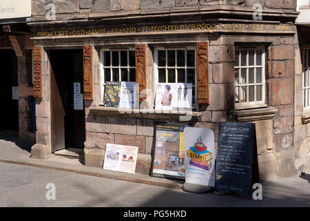 The entrance to John Knox House, on the Royal Mile, Edinburgh. - Stock Photo