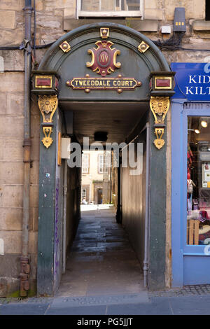 The entrance to Tweeddale Court, on the Royal Mile, Edinburgh. - Stock Photo