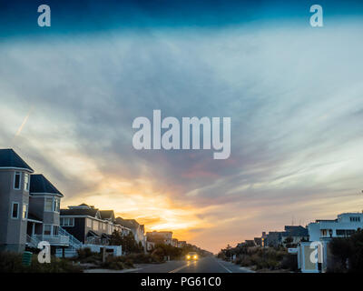 View of homes at sunset on Dune Road, Westhampton, the Hamptons, Long Island, New York, USA. - Stock Photo