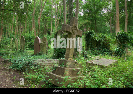 Overgrown grave in London's Highgate Cemetery - Stock Photo