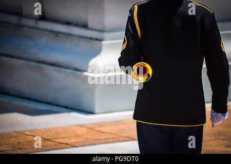 A US Army bugler stands at attention and ready to sound taps at a cemetery in Virginia. - Stock Photo