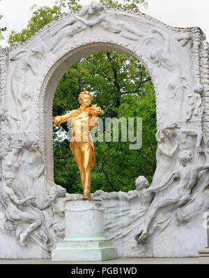 Johann Strauss II statue in Stadtpark, Vienna - Stock Photo