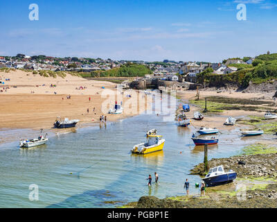 7 July 2018: Bude, Cornwall, UK - The canal at low tide, as holidaymakers enjoy the continuing warm weather. - Stock Photo