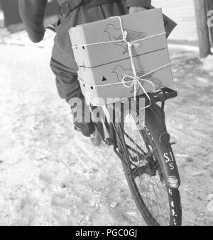 World War II. The use of carrier pigeons in the swedish army. The pigeons are being transported in cardboard boxes on the rack of a bicycle. Sweden 1940s. Photo Kristoffersson 184-2