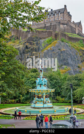 EDINBURGH SCOTLAND THE RESTORED ROSS FOUNTAIN IN WEST PRINCES STREET GARDENS WITH THE CASTLE AND TOURISTS - Stock Photo