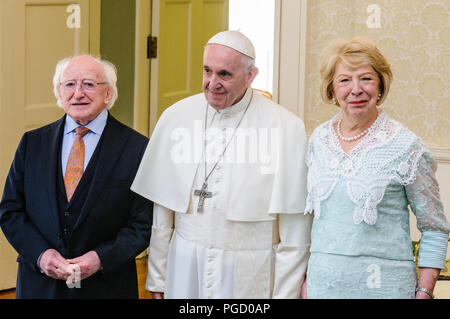Dublin, Ireland. 25/08/2018 - Pope Francis is welcomed to Ireland by the Irish President, Michael D. Higgins, and his wife Sabina, at the Aras An Uachtarain (President's official residence). - Stock Photo