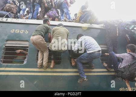 Dhaka, Bangladesh. 14th June, 2018. Passengers try to climb on to the roof of an overcrowded train as they return to their hometowns ahead of the Muslim holiday of Eid al-Fitr, in Dhaka, Bangladesh, June 14, 2018. Credit: Suvra Kanti Das/ZUMA Wire/Alamy Live News - Stock Photo