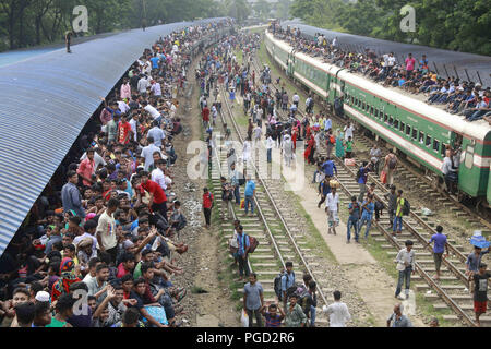 Dhaka, Bangladesh. 14th June, 2018. Muslims sit on top of trains as they travel to their hometowns ahead of the Muslim holiday of Eid al-Fitr, in Dhaka, Bangladesh, June 14, 2018. Credit: Suvra Kanti Das/ZUMA Wire/Alamy Live News - Stock Photo