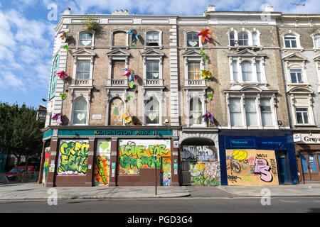 London, UK. 25th August, 2018. Residents and local businesses in Notting Hill have their property boarded-up ahead of the carnival over bank holiday weekend. Credit: Guy Corbishley/Alamy Live News - Stock Photo