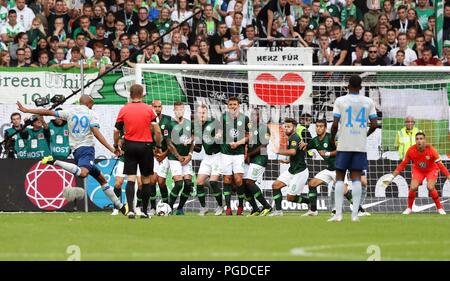 Wolfsburg, Germany. 25th Aug, 2018. firo Fuvuball, football, 25.08.2018 1st Bundesliga, 1st BL season 2018/2019 VfL Wolfsburg - S04 FC Schalke 04 2: 1 S04 Naldo, Freistovu, wall | usage worldwide Credit: dpa/Alamy Live News - Stock Photo