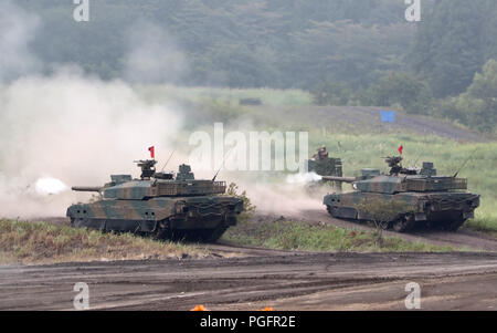 Gotemba, Japan. 26th Aug, 2018. Japanese Ground Self-Defense Forces tanks fire during an annual live fire exercise at the Higashi-Fuji firing range in Gotemba, at the foot of Mt. Fuji in Shizuoka prefecture on Sunday, August 26, 2018. The annual drill involves some 2,400 personnels and 860 armoured vehicles. Credit: Yoshio Tsunoda/AFLO/Alamy Live News - Stock Photo