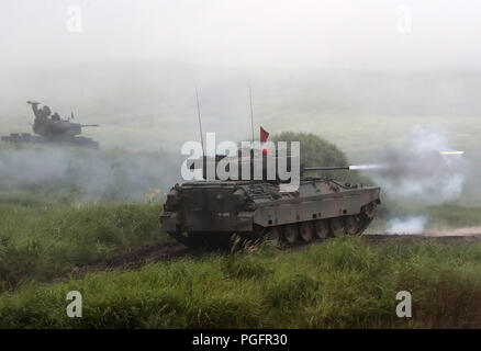 Gotemba, Japan. 26th Aug, 2018. Japanese Ground Self-Defense Forces tank fires during an annual live fire exercise at the Higashi-Fuji firing range in Gotemba, at the foot of Mt. Fuji in Shizuoka prefecture on Sunday, August 26, 2018. The annual drill involves some 2,400 personnels and 860 armoured vehicles. Credit: Yoshio Tsunoda/AFLO/Alamy Live News - Stock Photo