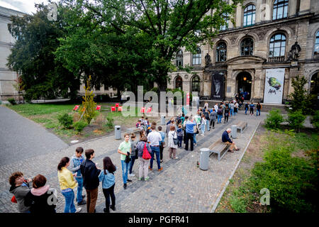 Berlin, Germany. 25th Aug, 2018. Visitors of the Long Night of Museums are queuing up in front of the Natural History Museum during the Long Night of Museums. 80 museums are taking part in the Long Night of Museums in Berlin with 800 events over eight hours. Credit: Christoph Soeder/dpa/Alamy Live News - Stock Photo