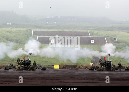 Gotemba, Japan. 26th Aug, 2018. Japanese Ground Self-Defense Forces soldiers fire howitzers during an annual live fire exercise at the Higashi-Fuji firing range in Gotemba, at the foot of Mt. Fuji in Shizuoka prefecture on Sunday, August 26, 2018. The annual drill involves some 2,400 personnels and 860 armoured vehicles. Credit: Yoshio Tsunoda/AFLO/Alamy Live News - Stock Photo