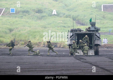 Gotemba, Japan. 26th Aug, 2018. Members of Japan Ground Self-Defense Forces take part in an annual live-fire military drill in Gotemba of Shizuoka prefecture, Japan, on Aug. 26, 2018. Credit: Du Xiaoyi/Xinhua/Alamy Live News - Stock Photo