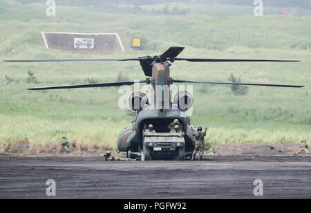 Gotemba, Japan. 26th Aug, 2018. Units of Japan Ground Self-Defense Forces take part in an annual live-fire military drill in Gotemba of Shizuoka prefecture, Japan, on Aug. 26, 2018. Credit: Du Xiaoyi/Xinhua/Alamy Live News - Stock Photo