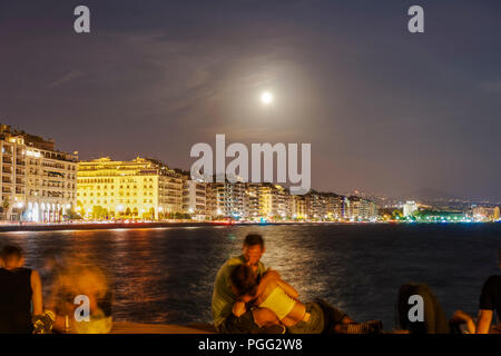 Thessaloniki, Greece. 26th Aug 2018. August 2018 full moon over Thessaloniki, Greece waterfront. Moon rising over White Tower landmark, seen from the city port. Credit: bestravelvideo/Alamy Live News - Stock Photo