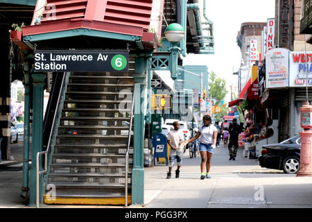 New York City, New York, USA. 26th Aug, 2018. On a brilliant Sunday afternoon residents of the Bronx, one of the most ethnically diverse neighborhood of New York City were out and about engaging in a variety of activities from Longwood to the Castle Hills sections of the borough. Credit: G. Ronald Lopez/ZUMA Wire/Alamy Live News - Stock Photo
