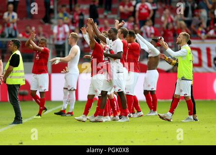 firo: 26.08.2018, Football, 1.Bundesliga, Season 2018/2019, FSV FSV FSV Mainz 05 - VFB Stuttgart, final jubilation, Mainz Team celebrates with the fans, | usage worldwide - Stock Photo