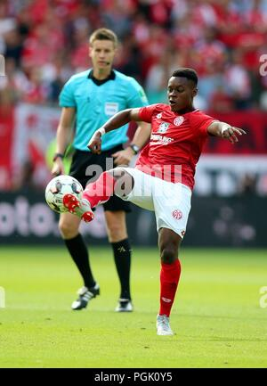 firo: 26.08.2018, football, 1.Bundesliga, season 2018/2019, FSV FSV FSV Mainz 05 - VFB Stuttgart, single action, whole figure, | usage worldwide - Stock Photo