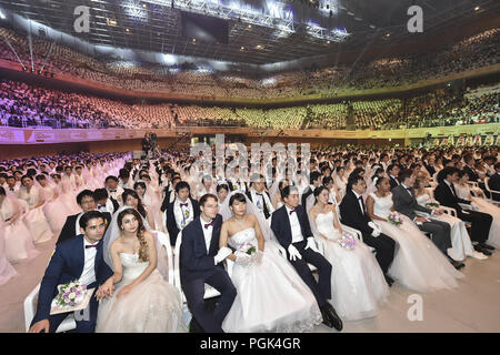 Gapyeong, GYEONGGI, SOUTH KOREA. 27th Aug, 2018. Aug 27, 2018-Gapyeong, South Korea-Couples from around the world perform in a mass wedding ceremony at the Cheong Shim Peace World Center in Gapyeong, South Korea, Monday, Aug. 27, 2018. South Korean and foreign couples exchanged or reaffirmed marriage vows in the Unification Church's mass wedding arranged by Hak Ja Han Moon, wife of the late Rev. Sun Myung Moon, the controversial founder of the Unification Church. *** Local Caption *** Aug 27, 2018-Gapyeong, South Korea-Couples from around the world perform in a mass wedding ceremony at the - Stock Photo