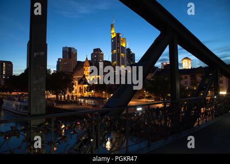 Europa Deutschland Hessen Rhein-Main Frankfurt am Main Eiserner Steg Skyline bei Nacht Wolkenkratzer im Finanzviertel - Stock Photo