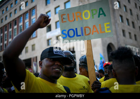 Milan, Italy. 28th Aug 2018. A man holds a placard reading 'Europa Solidale' (Solidary Europe) during a protest against the meeting between Prime Minister of Hungary, Viktor Orbán and Italian Interior Minister Matteo Salvini in Milan, Italy on August 28, 2018 Credit: Piero Cruciatti/Alamy Live News