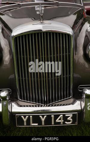 UK, England, Cheshire, Stockport, Woodsmoor Car Show, radiator of classic 1960 Bentley S2 saloon car on display - Stock Photo