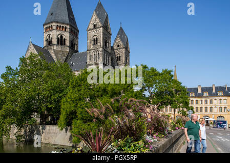 Temple neuf / Nouveau Temple Protestant church and tourists on the Pont des Roches over the Moselle river in the city Metz, Moselle, Lorraine, France - Stock Photo