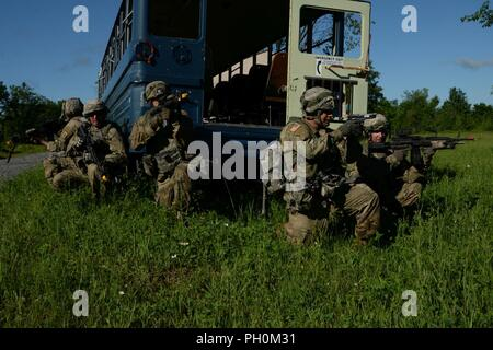 New York Army National Guard Soldiers assigned to 1st Platoon, 206th Military Police Company conduct Cordon and Search training on Fort Drum, June 15, 2018. The Soldiers were conducting their annual training with the 10th Mountain Division. (N.Y. Army National Guard - Stock Photo