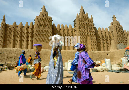 Weekly market day, Monday at Djenné, facing the Grand Mosquée (Great Mosque) a Unesco World Heritage Site. Mali, West Africa - Stock Photo