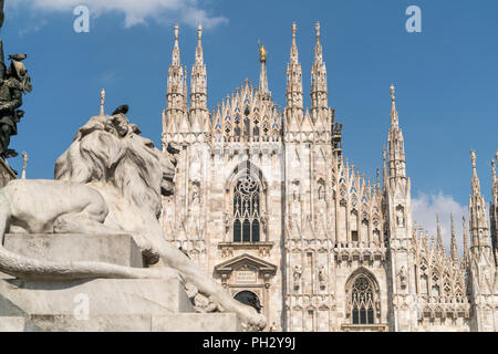 Löwenfigur vor dem Mailänder Dom, Piazza del Duomo, Mailand, Lombardei, Italien     lion statue and Milan Cathedral on Piazza del Duomo, Milan, Lombar - Stock Photo