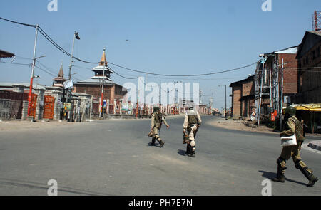 Srinagar, Kashmir. 31st Aug 2018. Indian paramilitary troopers  patrol desert street, during a second day of a strike called by Kashmiri separatists against attempts to revoke state constitution articles 35A and 370.Top Court Defers Hearing On Jammu And Kashmir's Article 35A To January Supreme Court today. The state government told the court that any hearing on the matter now will create law and order issues in the panchayat elections, which will be held in the next three months.©Sofi Suhail/Alamy Live News - Stock Photo