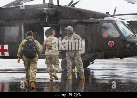 Hilo, Hawaii, USA. 30th Aug, 2018. Brig. Gen. Kenneth Hara, Deputy Adjutant General, Hawaii Army National Guard and Joint Task Force 5-0 commander, lands at Hilo International Airport, Hilo, Hawaii, to conduct briefings to Hawaii National Guard and Active Duty Soldiers responding to Hurricane Lane on Aug. 27, 2018. Local authorities and the state of Hawaii, through JTF 5-0, requested HH-60M Black Hawk helicopters with hoist capability to assist local authorities with recovery operations on the Isle of Hawaii. JTF 5-0 is a joint task force led by a dual status commander that - Stock Photo