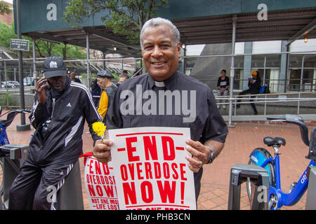 New York, USA. 31st August 2018. New York, NY: Manhattan's Overdose Awareness March organized on the international Overdose Awareness day. The march walked from E27th street and 1st Ave to 633 3rd Ave, Governor Cuomo's office. Credit: SCOOTERCASTER/Alamy Live News - Stock Photo