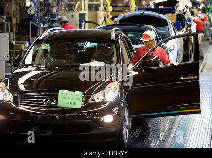 Vehicles are given a final check after passing through the assembly line at Nissan Motor Co.'s plant in Tochigi, Japan on Thursday 12 Nov.  2009. - Stock Photo