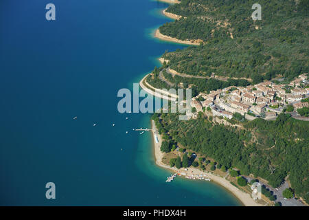 VILLAGE OF SAINTE-CROIX-DU-VERDON OVERLOOKING LAKE SAINTE-CROIX (aerial view). Lake Sainte-Croix, Provence, France. - Stock Photo