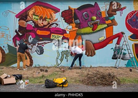 Edinburgh, Scotland, 01st September 2018. Graffiti and street artists at work during the Rock the Dock Graffiti Jam , aiming to create the UK's longest legal graffiti wall at 330 metres (165 metres on each side) at Marine Parade near Ocean Terminal, Leith, Edinburgh, Scotland, UK. - Stock Photo