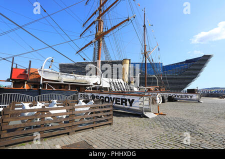 The RRS Discovery ship with Kengo Kuma's new V&A Dundee behind, on the city's waterfront, in Scotland, UK - Stock Photo