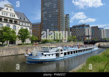 Ausfugsdampfer, Reichpietschufer, Landwehrkanal, Potsdamer Platz, Tiergarten, Mitte, Berlin, Deutschand - Stock Photo
